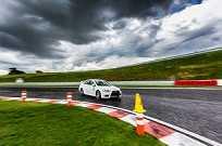 A habilidade do participante é testada ao realizar as tomadas de curva corretamente em alta velocidade