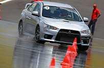 Os exercícios com pista molhada são muito úteis para se aprender escapar de situações de risco no dia-a-dia