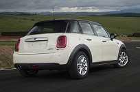 O carro é 16 cm mais comprido e tem 7,2 cm a mais de distância entre-eixos