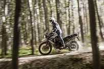 As pedaleras oferecem bom apoio para os pés no off-road e a moto é muito fácil de pilotar