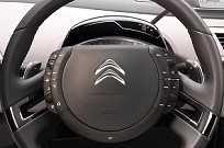 A Citroën imaginou que se o cubo do volante fosse fixo seria mais fáicl manipular os controles, mas desistiu da ideia na geração seguinte do C4