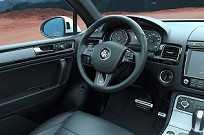 Interios com acabamento caprichado do VW Touareg