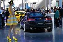 No estande da Chevrolet a chinesa alta chamou mais atenção que o Camaro amarelo