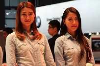 Modelos mais descontraídas no estande da chinesa Qoros