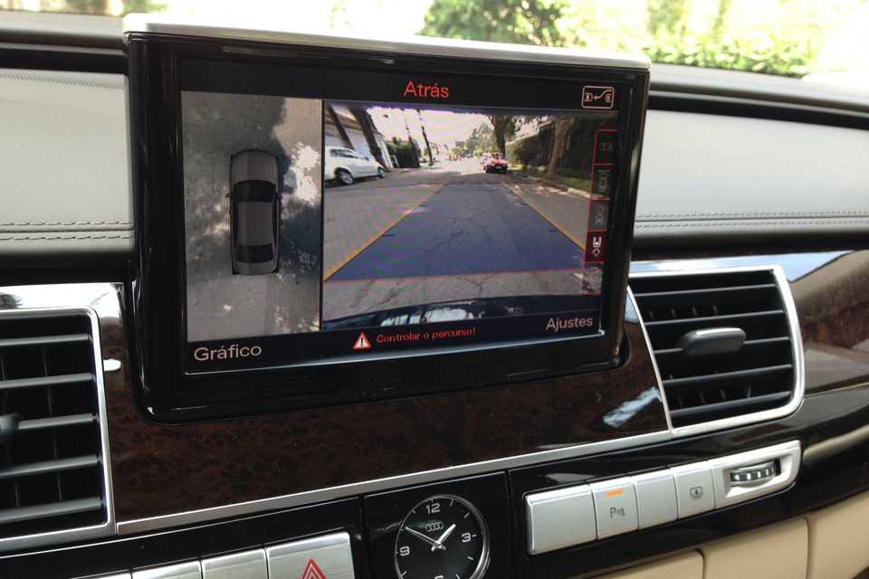 Para facilitar manobras em espaços pequenos, o A8 possui diversas câmeras pela carroceria