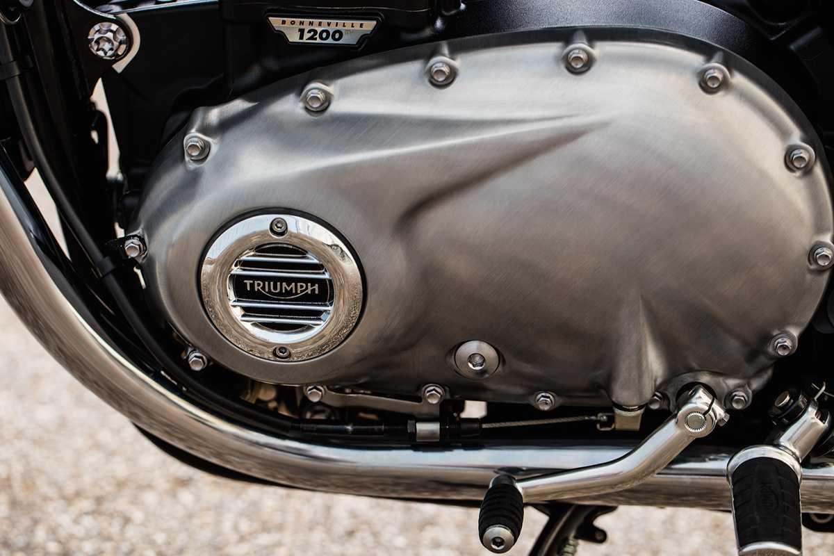Triumph T120 com adesivo cromado