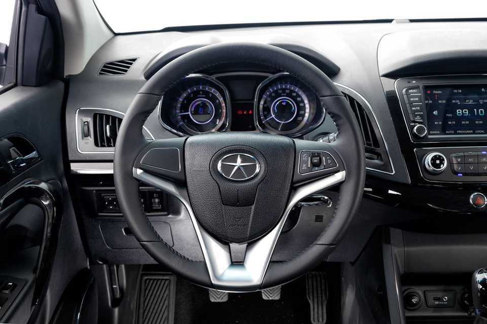 O volante, bem fino diga-se, tem comandos de som