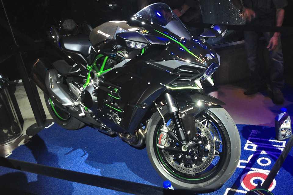 A superbike H2 possui um turbocompressor e pode ser reservada por R$ 120 mil
