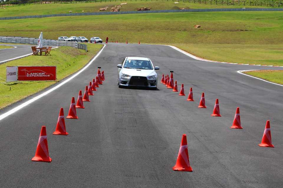 No programa, que tem duração de um dia, o participante aprende a acelerar, frear e fazer curvas