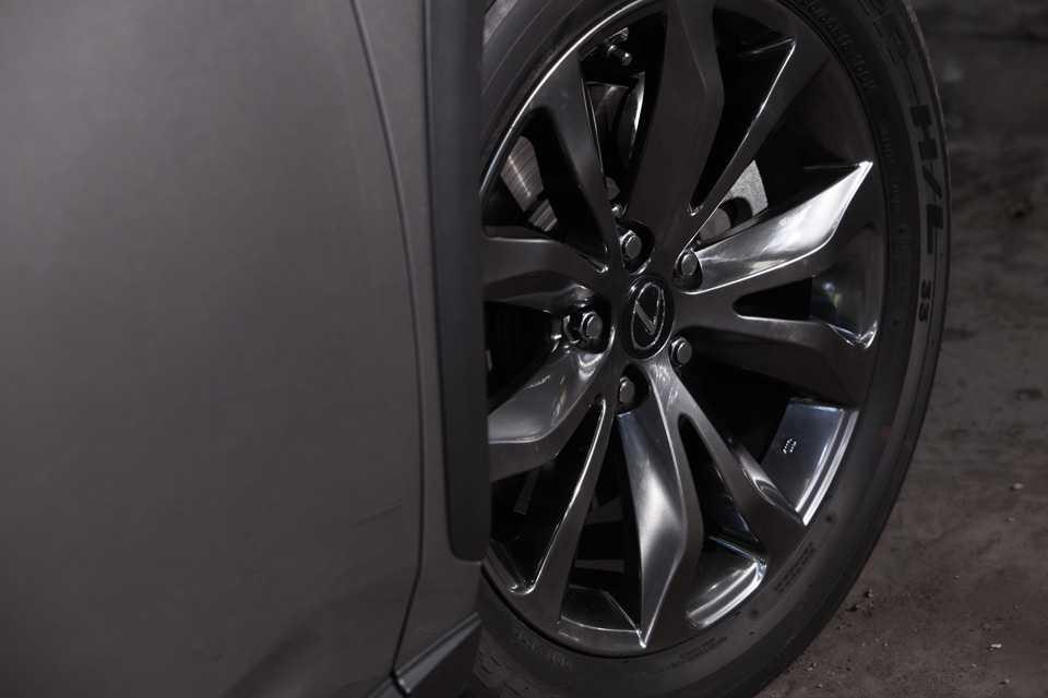 Outro destaque da versão top de linha são as rodas exclusivas de 18 polegadas