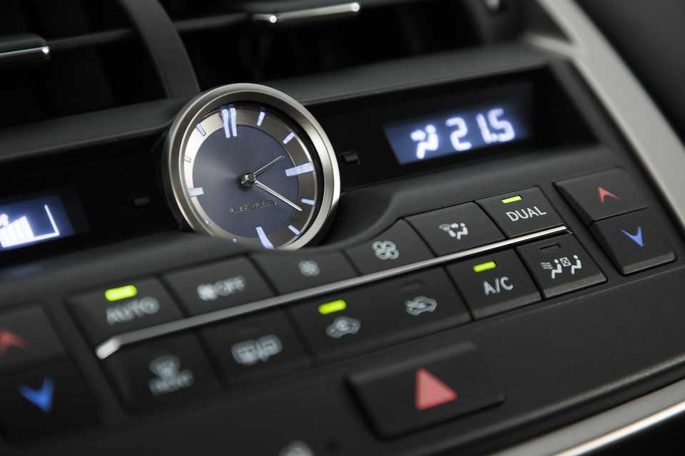 O relógio analógico é destaque no painel do NX 200t
