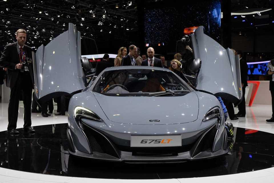 Como o nome indica, o carro tem 675 cv de potência e um motor 3.8 V8 biturbo