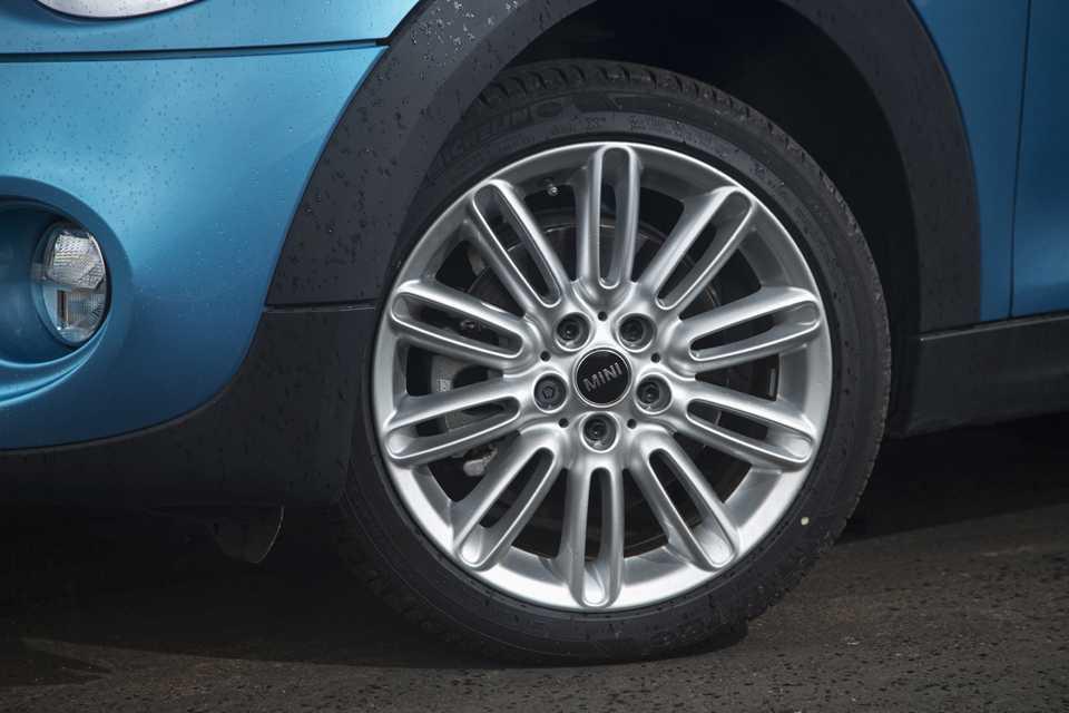 A versão Cooper S vem com rodas aro 17