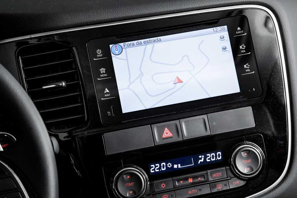 A tela do sistema de entretenimento do Outlander parece a de um tablet e é bem intuitiva ao operar