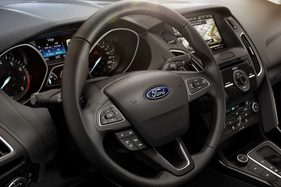 O volante multifunções tem toque suave e boa empunhadura