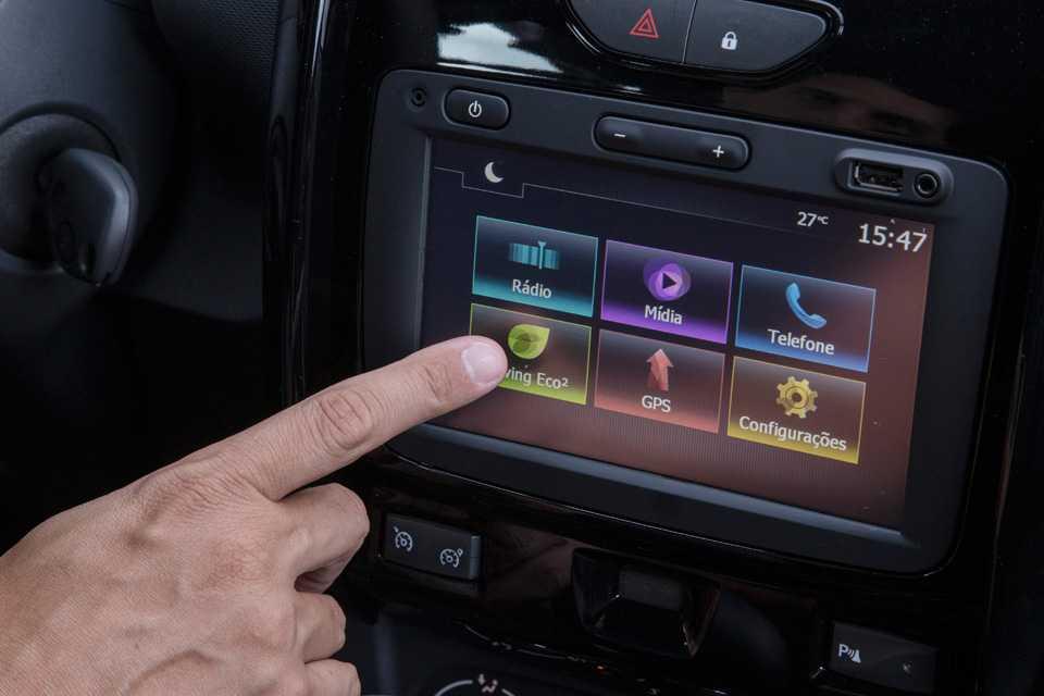 A tela poderia ficar em uma posição mais elevada, para facilitar a visualização para o motorista