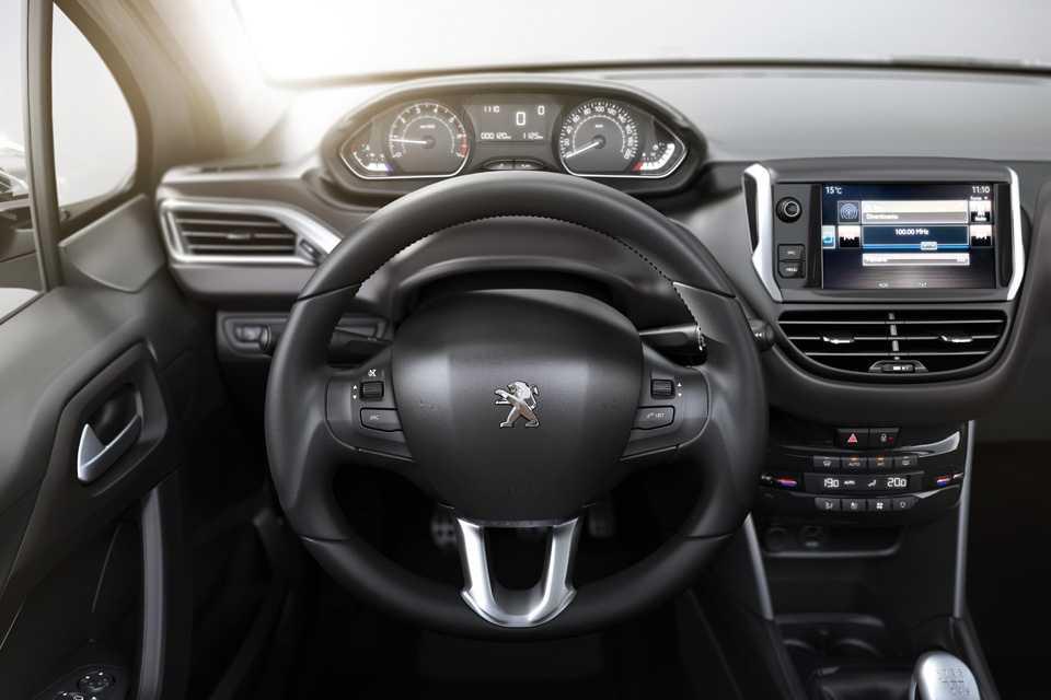 O volante multifunções é pequeno, revestido com couro, regulável em profundidade e em altura