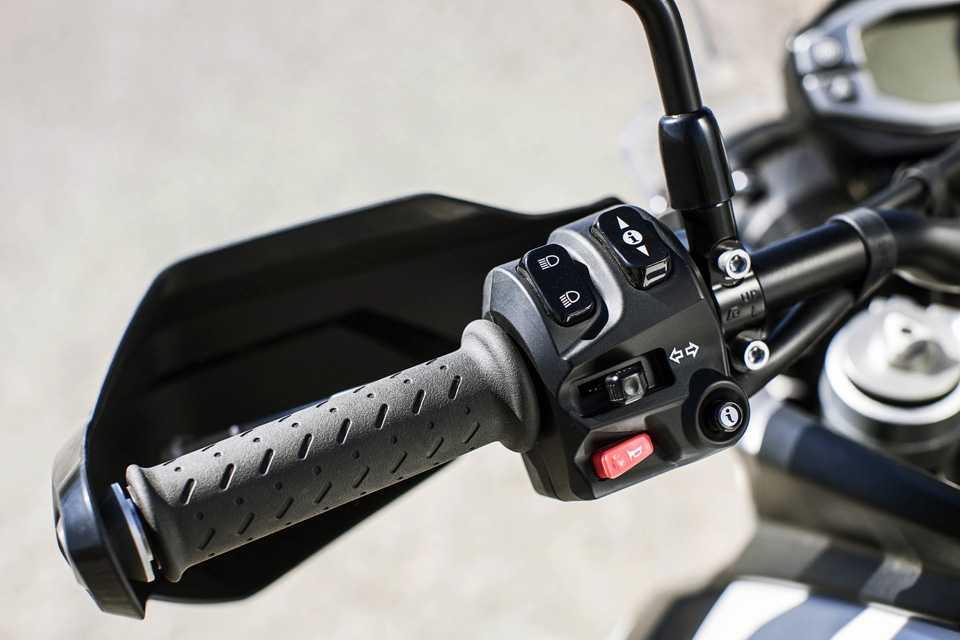 Os ajustes eletrônicos da nova Tiger são feitos por botões na manopla esquerda