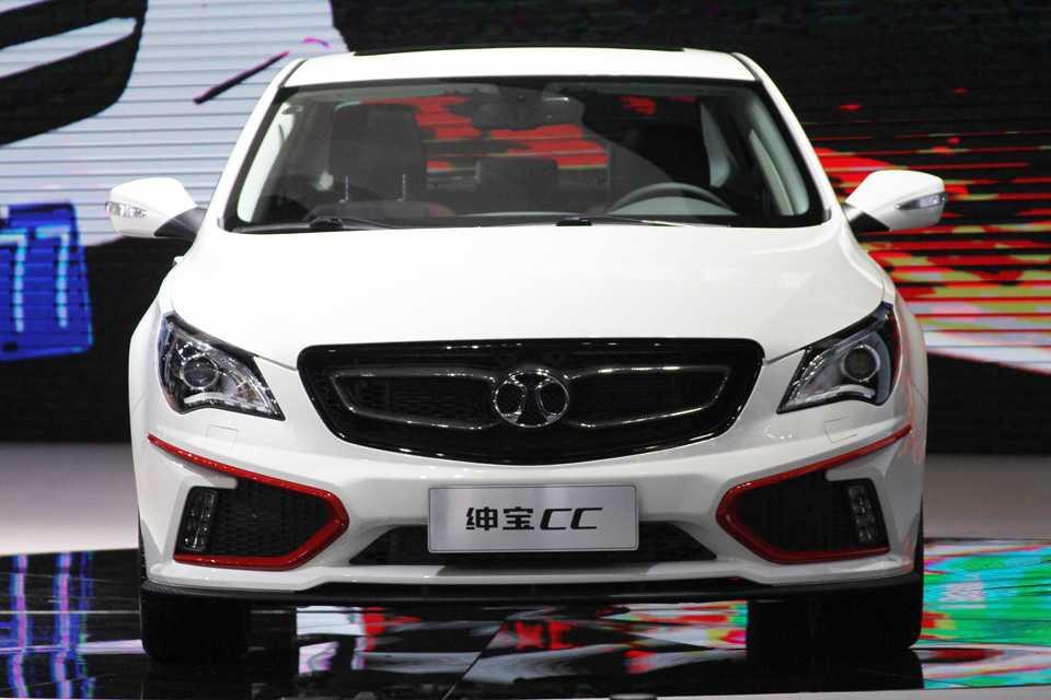 A Saab (administrada por chineses) mostrou o sedã CC com logo da Baic, que é associada da Mercedes , o que explica a semellhança com o Classe A