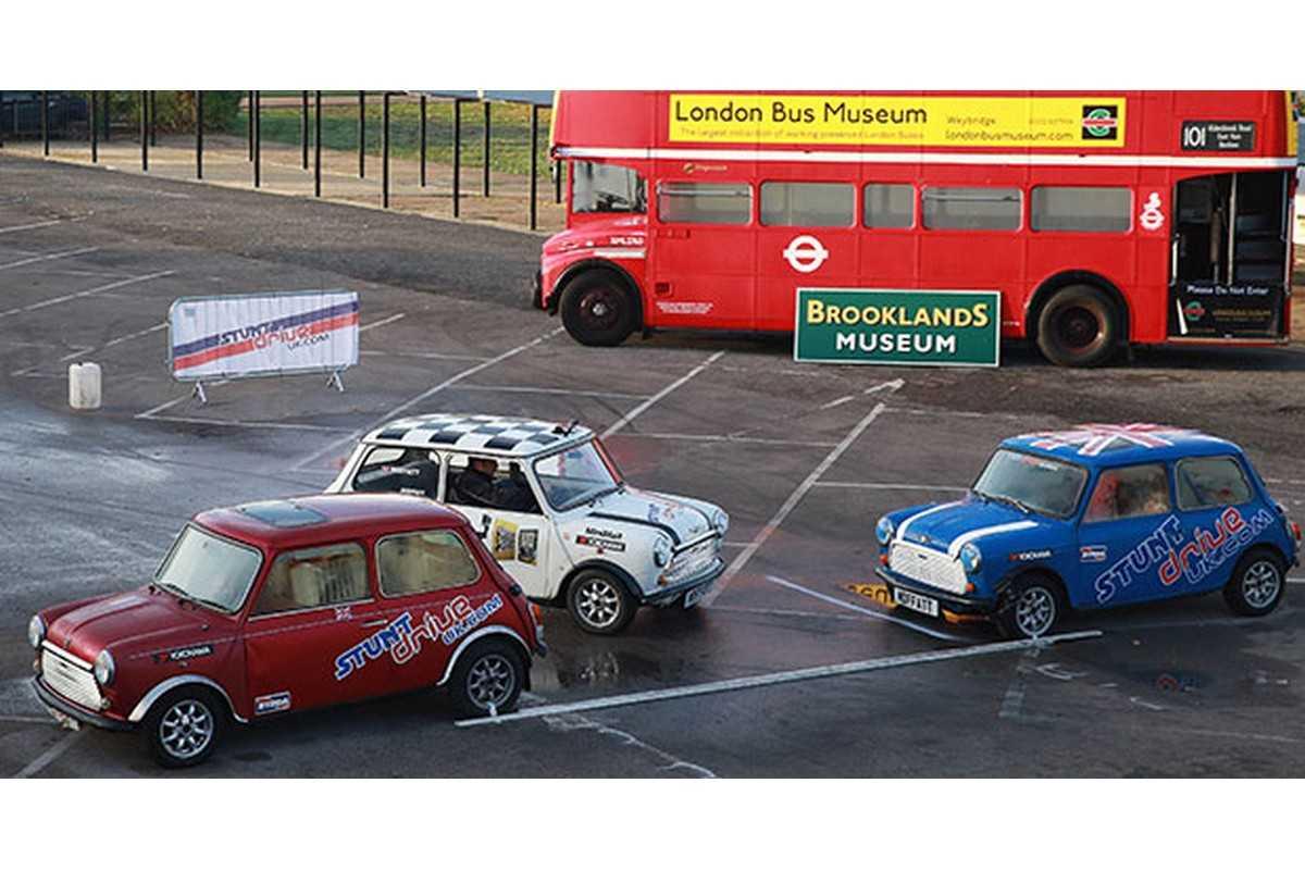 MINI Cooper na manobra de estacionamento para o Guinness World Record