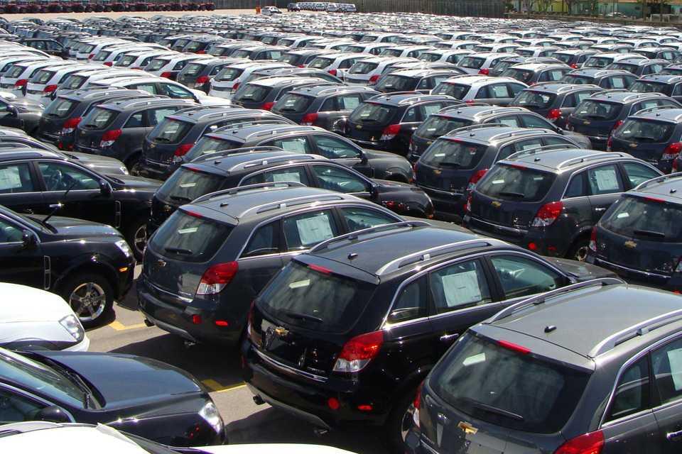 Pátios das montadoras estão lotados por conta das vendas em queda