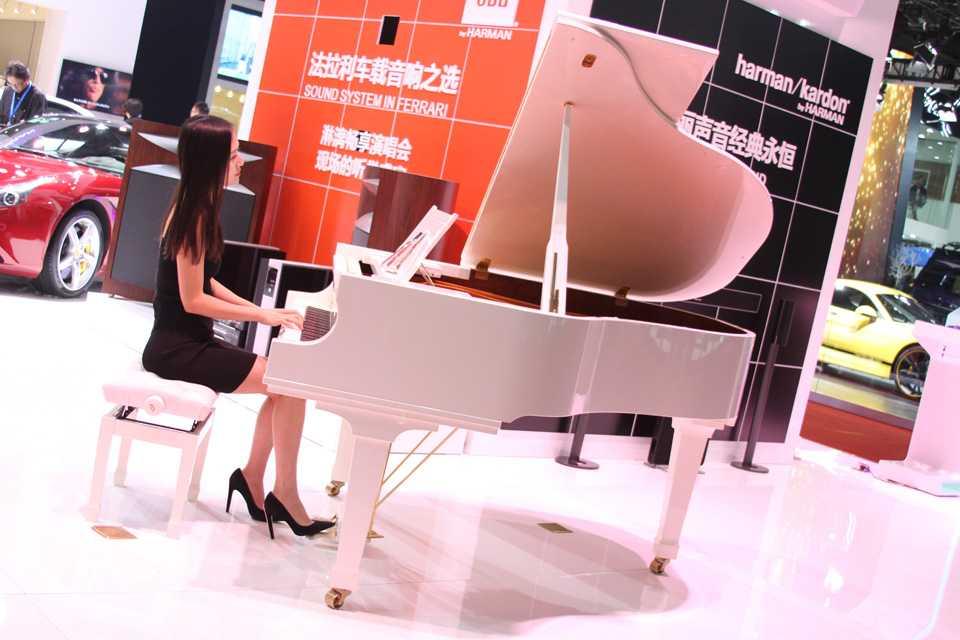Já que as modelos foram proibidas de usarem roupas provocantes para atrair o público, esta marca optou por colocá-la comportadiinha tocando piano. E não é que ela toca bem?!