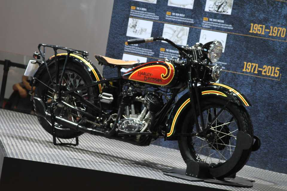 Para os que gostam de moto, que tal esta clássica no estande da Harley-Davidson