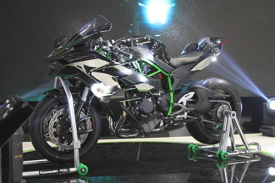 Kawasaki Ninja H2R com mais de 300 cv brilhando muito no salão chinês
