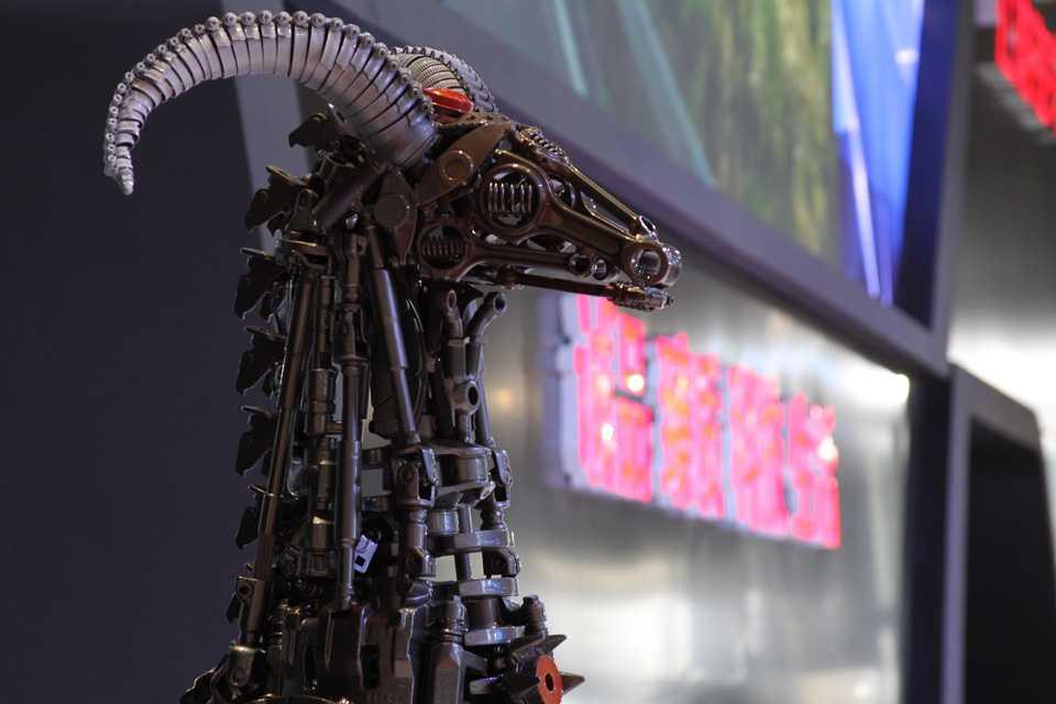 Pelo horóscopo chinês, 2015 é o ano da Cabra. Nada mais justo que um salão do automóvel ter uma cabra feita com peças de carros para atrair boas energias!
