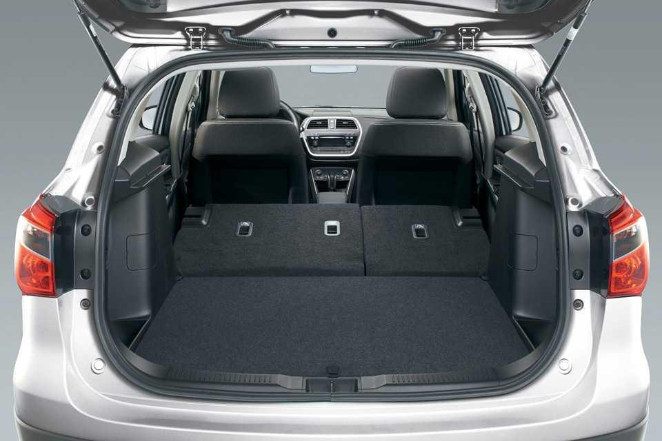 O S-Cross tem 440 litros de capacidade no porta-malas, um bom número