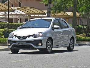 Devo adquirir um Toyota Etios 2017 financiado ou um Corolla mais antigo à vista?