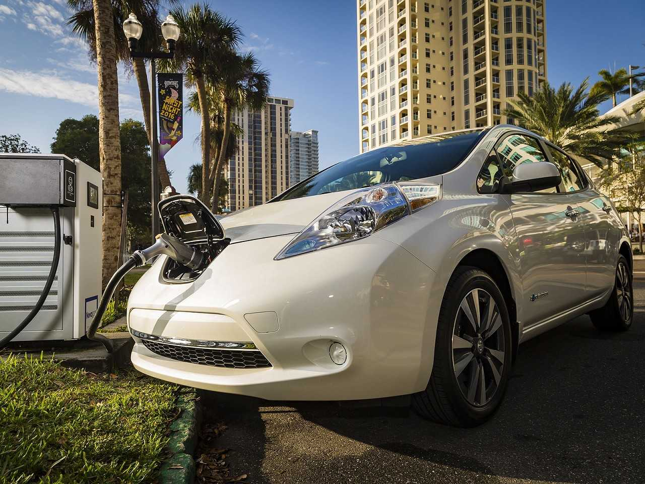 Nissan Leaf utiliza um carregador rápido nos EUA