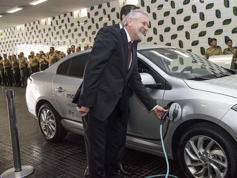 Diretor da Itaipu Binacional, Jorge Samek, abastece o Renault Fluence elétrico