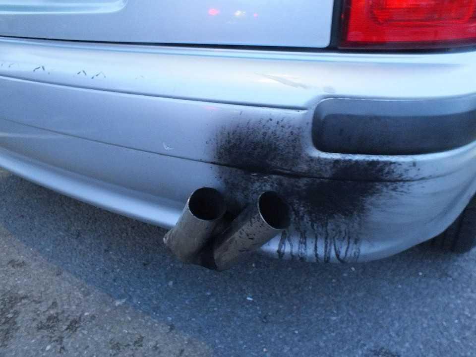 Carro poluindo
