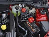 O tanquinho de gasolina (acima com a tampa vermelha) deve estar sempre abastecido