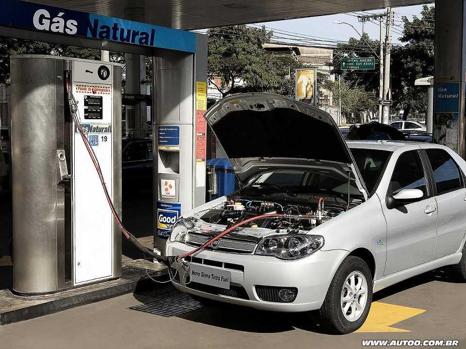 O Siena Tetrafuel de 2006 é o primeiro carro do mundo que pode ser abastecido com quatro combustíveis: gasolina, etanol, GNV e gasolina pura