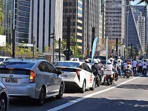 Carreata 'silenciosa' percorreu avenida Paulista com 60 veículos elétricos