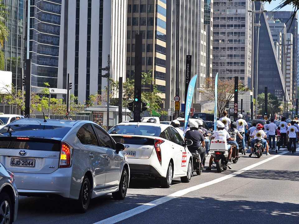 A carreata dos elétricos e híbridos atravessou a Paulista no dia 26