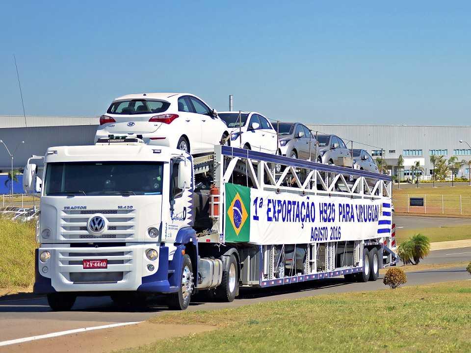 Caminhão-cegonha leva os primeiros HB20 para o Uruguai
