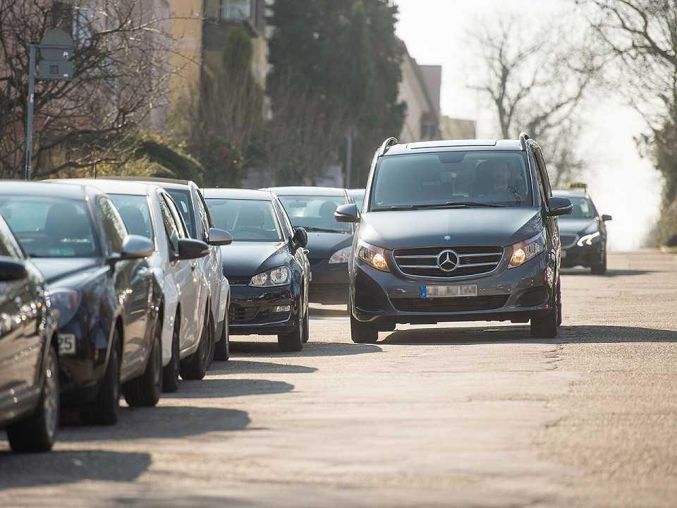 Sistema da Mercedes-Benz e Bosch monitora as vagas disponíveis nas ruas
