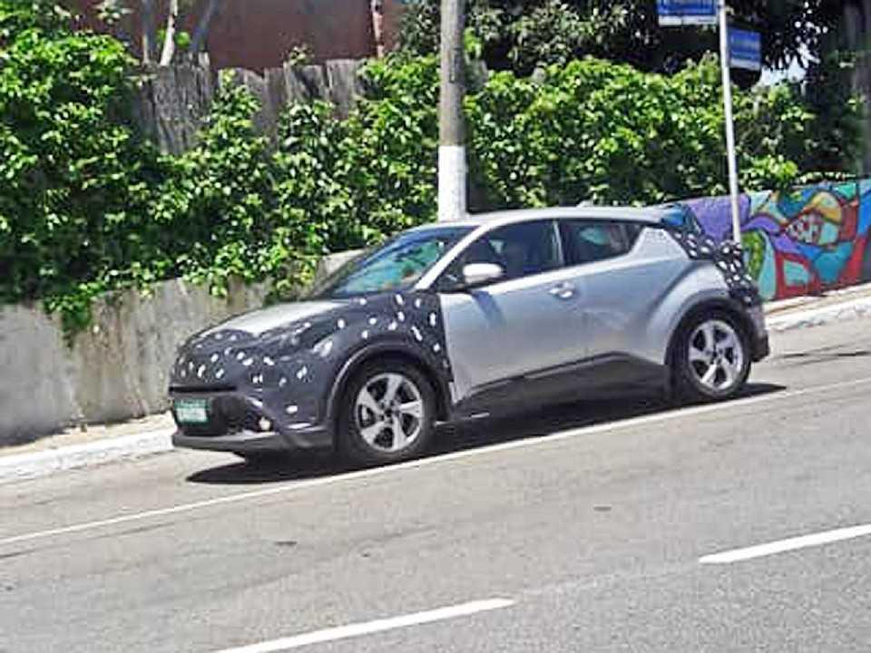 Toyota C-HR roda disfarçado em São Paulo: plataforma de testes do inédito SUV naciona