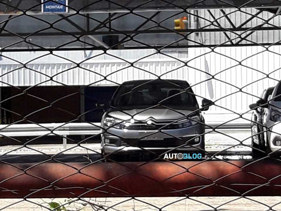 Flagra revelando o facelift que o Citroën C4 Lounge vai estrear na linha 2018