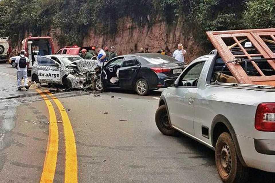 O choque entre o Fiat Argo e o Corolla ocorreu na Serra da Santa, ao sul de Belo Horizonte (Reprodução/Whatsapp)