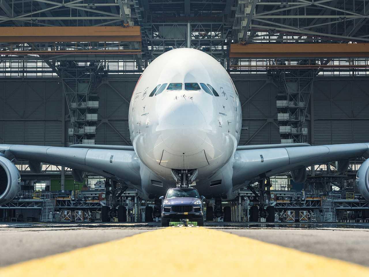 Porsche Cayenne reboca Airbus A380
