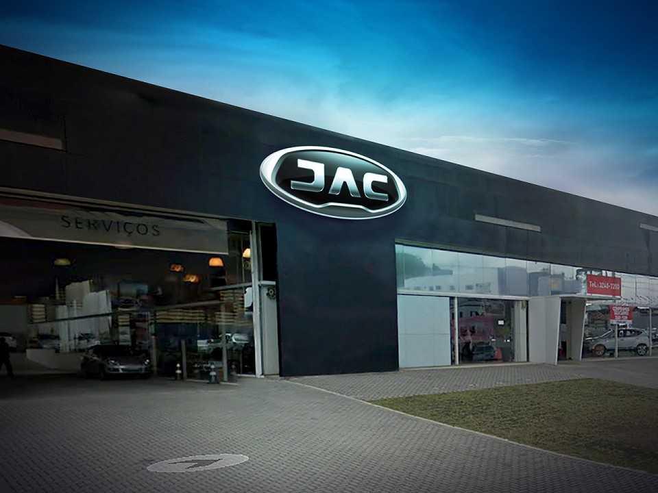 Perspectiva da fachada das concessionárias da JAC com o novo logo