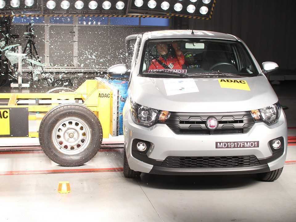 O Fiat Mobi no teste de colisão lateral: porta traseira abriu