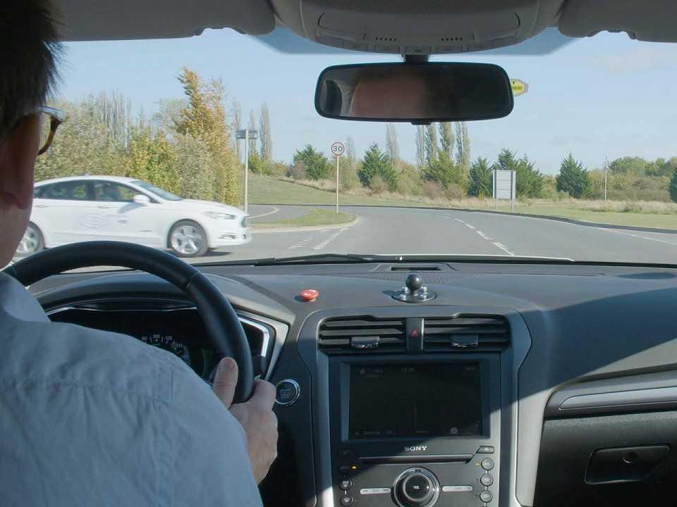 Acima os dois veículos testando, no Reino Unido, o sistema que elimina a necessidade de semáforos