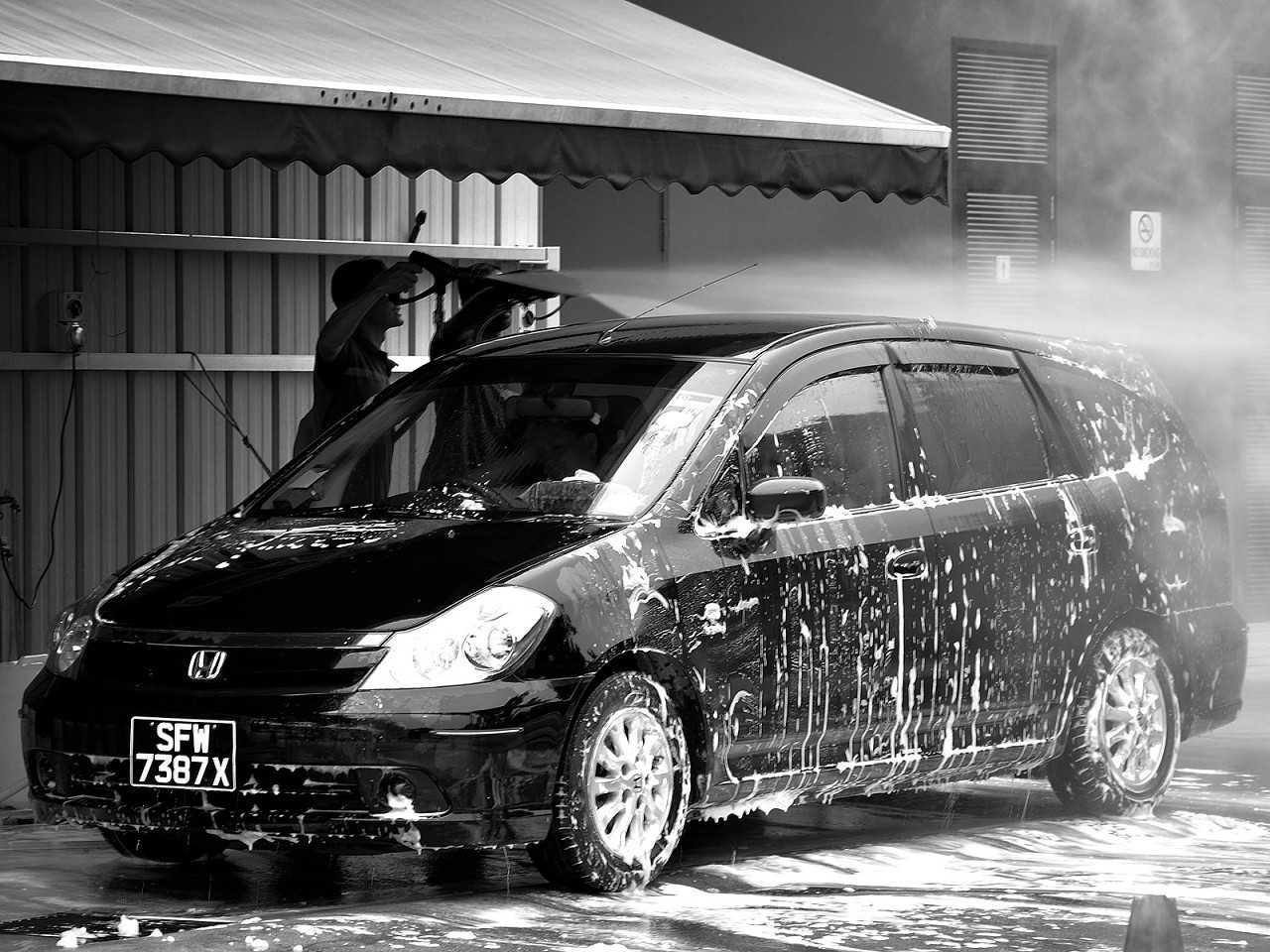 Ao lavar o carro, dê preferência aos produtos voltados a esse fim e não use esponjas abrasivas
