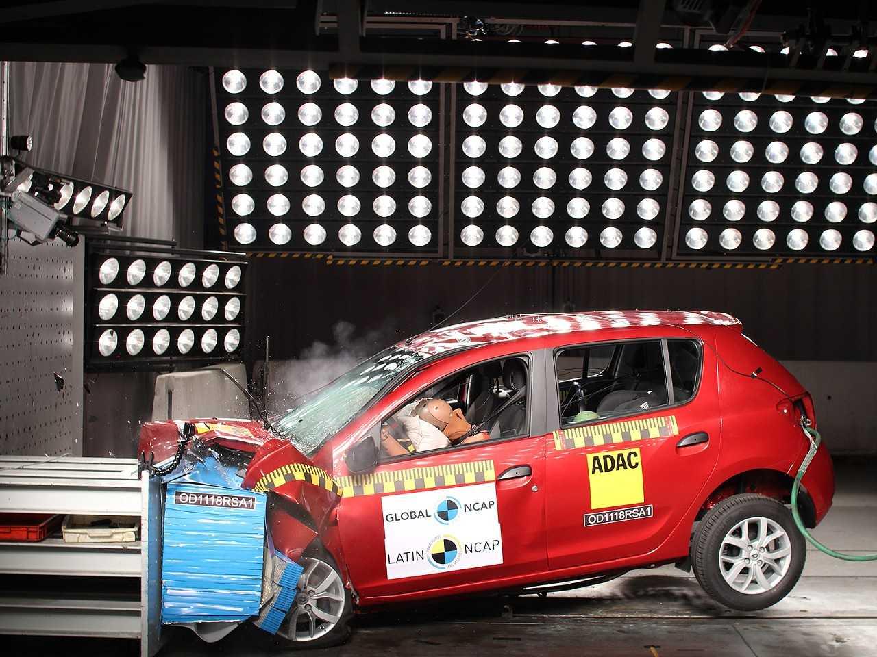 Renault Sandero durante teste de colisão do Latin NCAP
