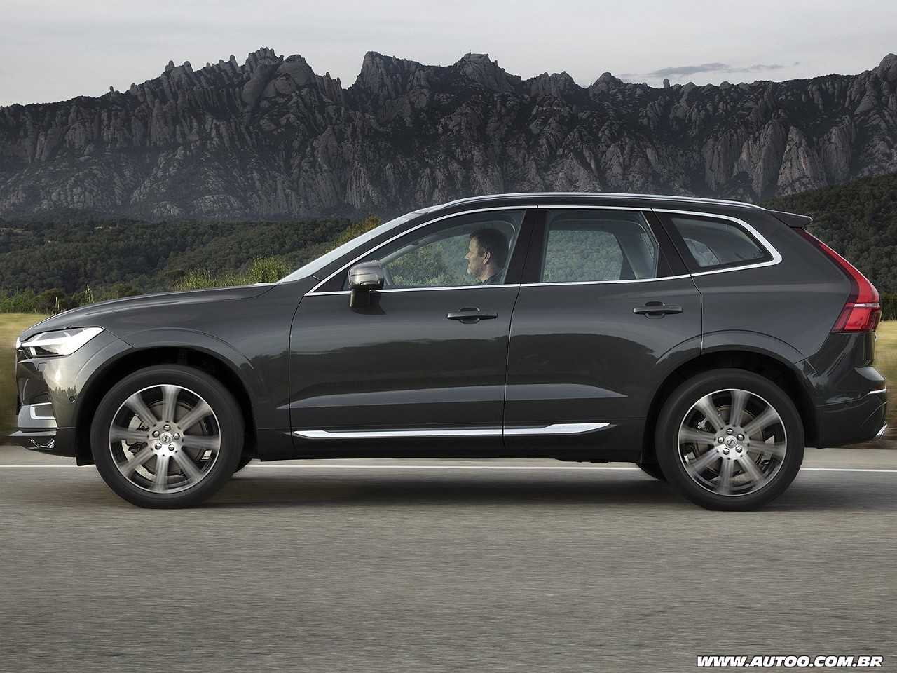 VolvoXC60 2019 - lateral